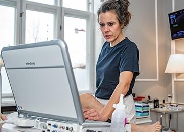 Privat fertilitetsklinik København, en jordemoder kigger på skærmen