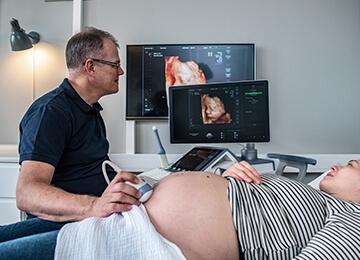 Privat fertilitetsklinik København, gravid kvinde får en ultralydsscanning