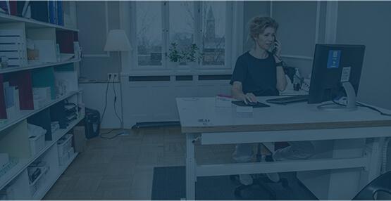 Privat fertilitetsklinik København, receptionist tager imod et opkald